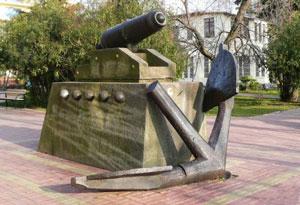 Якорь и пушка памятник