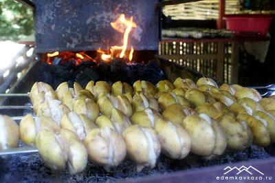 Картофель с салом на мангале